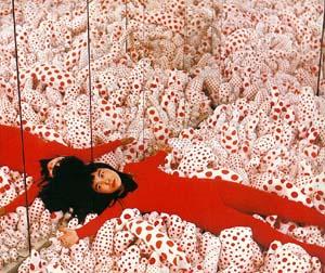 die japanische Künstlerin und Tupfen-Königin