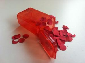 Rote Tupfen (Lunares) in einem Mini-Behälter.