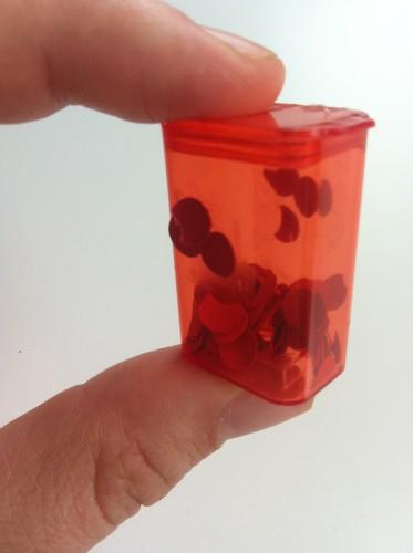 Foto einer kleinen Dose mit roten Tupfen drinnen