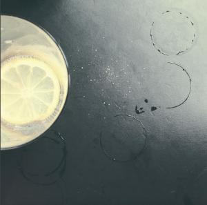 Foto Getraenk mit Zitrone auf Tisch