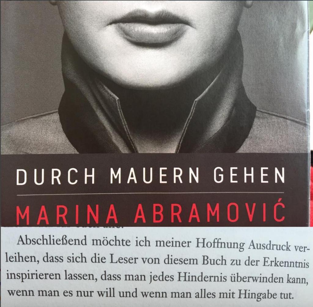Foto des Buchs von Marina Abramovic _ durch Mauern gehen