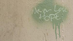 Graffiti auf der Wand mit Aufschrift NEVER LOSE HOPE