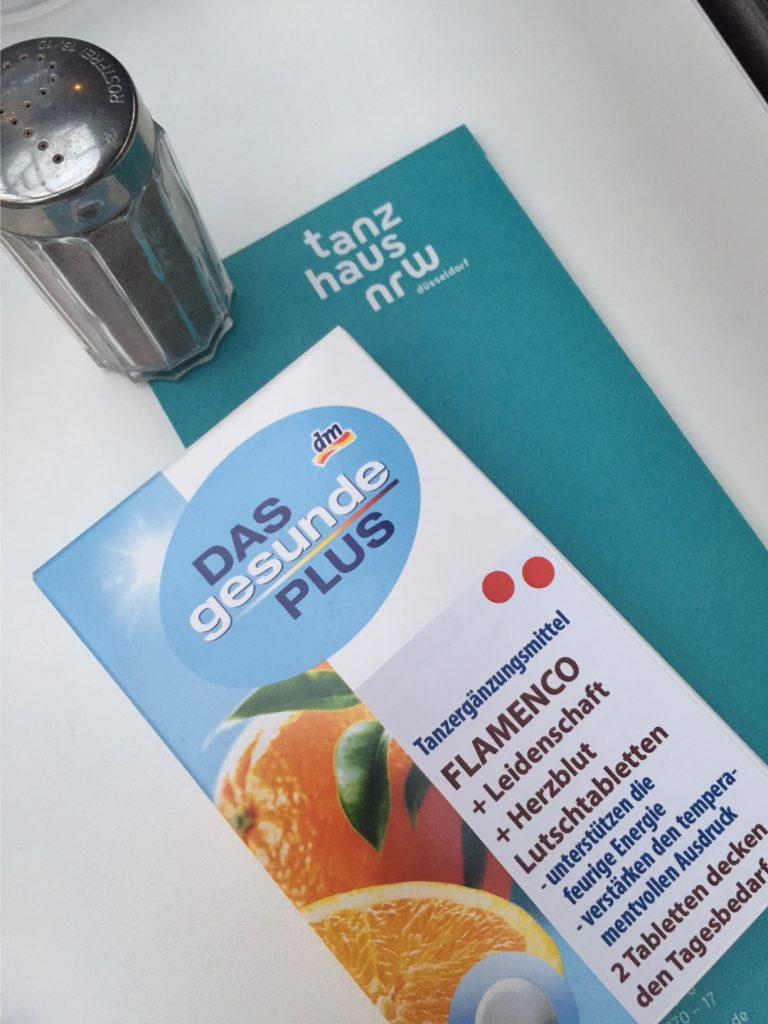 Foto mit Pfefferstreuer und Medikamentenpackung