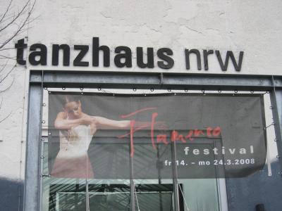 Foto vom tanzhaus nrw mit Plakat vom Festival 2008