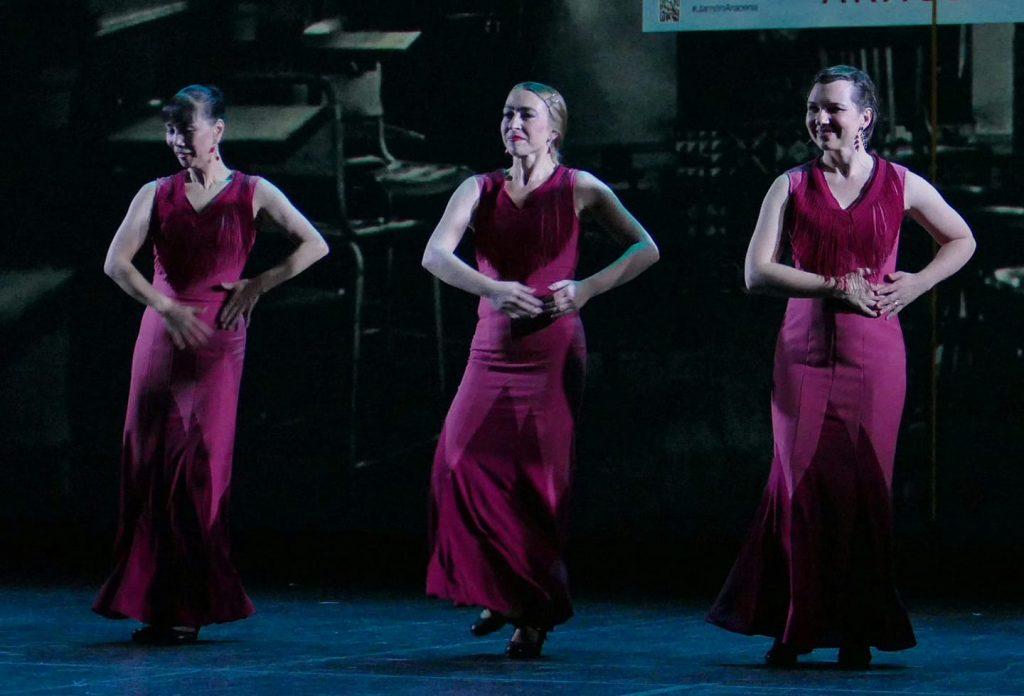 """Foto von der Choreografie """"Fandangos"""" von Madoka Kutschera, Susanne Heinzinger und Julia Petschinka."""
